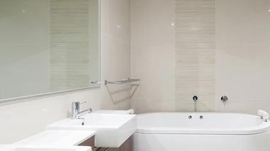 Cómo instalar la tubería de ducha en el baño.